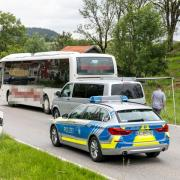 In Obergünzburg ist die Polizei zu einem Großeinsatz in die Kemptener Straße gerufen worden. Ein Mann soll seine von ihm getrennt lebende Frau in einem Linienbus getötet haben.