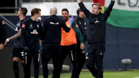 Bremens Trainer Florian Kohfeldt (r) jubelt über den zweiten Treffer gegen den FC Heidenheim.