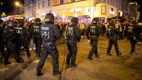 Einsatzkräfte der Polizei sollen mit Steinen und Flaschen beworfen worden sein.
