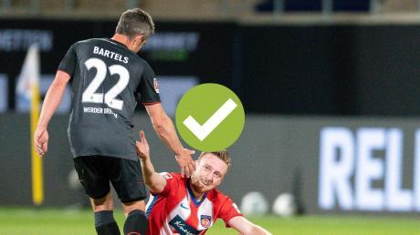 Bremens Fin Bartels ist nach dem 2:2 in Heidenheim oben auf. Tobias Mohr bleibt nur die Gratulation.