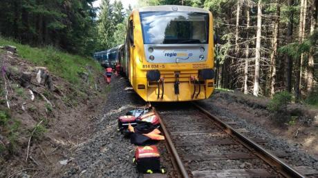 Rettungskräfte inspizieren am Unglücksort die Züge.