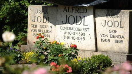 Das Grab von Generaloberst Alfred Jodl ist auf dem Friedhof auf der Fraueninsel im Chiemsee.