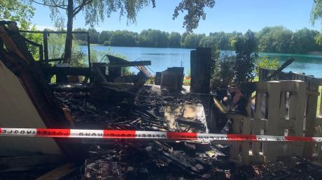 Am Morgen nach dem Feuer: Die Brandermittler der Augsburger Polizei haben den Kiosk am Ilsesee abgesperrt.