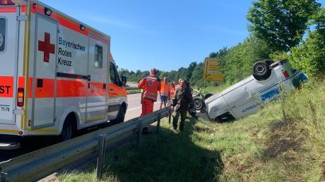 Mehrfach überschlagen hat sich ein Kleintransporter bei einem Unfall auf der Bundesstraße 17, die komplett in beide Richtungen gesperrt werden musste.