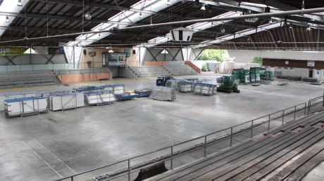 Noch steht ein Großteil der Plexiglasbande auf Paletten verpackt im Bad Wörishofer Eisstadion. Bald soll sie eingebaut sein.