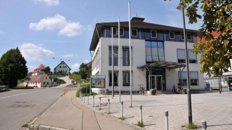 In Biberbach wird derzeit heftig über Baugebiete diskutiert. Die Verwaltung sah sich schon vor der Gemeinderatssitzung Angriffen ausgesetzt.