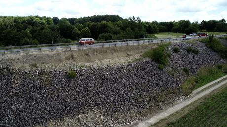 An der B2 bei Monheim ist die Böschung abgesunken.