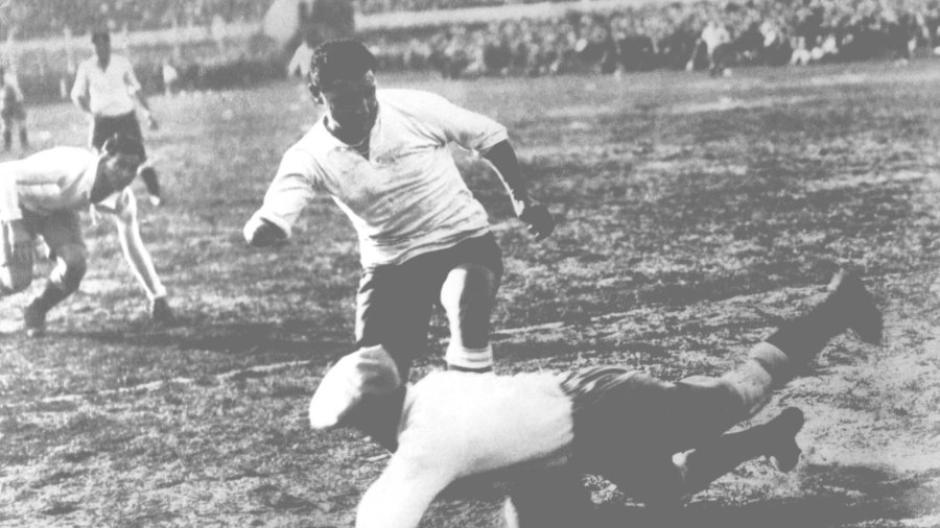Im Finale: Der argentinische Torwart Juan Botasso sichert sich den Ball vor einem Spieler Uruguays, Hector Castro. Der aber erzielte in der 89. Minute das entscheidende 4:2.