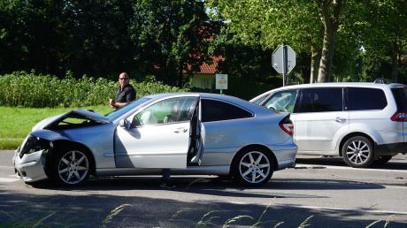 Während des Gespräch über Verkehrssicherheit an der Köngsbrunner Kreuzung von Lechstraße, Blumenallee und Benzstraße ereignete sich ein Unfall. Stadtrat Jürgen Göttle (stehend zwischen den Autos) betätigte sich als Ersthelfer und rief Notarzt und Rettungswagen an.