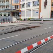 Ein Gleis der Straßenbahnlinie 6 hat sich in der Augsburger Prinzstraße vom Untergrund abgehoben - wohl wegen der Hitze. Die Straße ist gesperrt.