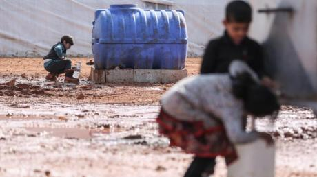 Kinder füllen in einem provisorischen Lager in der Region Idlib Behälter mit Wasser auf. Von den Hilfsgütern, die bisher die Grenzübergänge passierten, sind westlichen Angaben zufolge etwa 2,8 Millionen Menschen abhängig.
