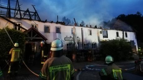 Ein Raub der Flammen wurde dieses Landgasthaus in Burgadelzhausen (Kreis Aichach-Friedberg). Der Einsatz der Feuerwehr konnte Schlimmeres verhindern.