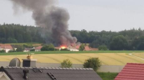 Aus der Ferne waren Flammen und Rauchsäule, die beim Brand eines Gasthauses in Burgadelzhausen am Freitagabend entstanden sind, zu sehen.