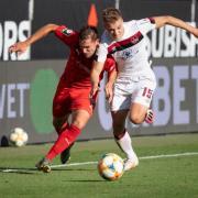 Michael Heinloth von Ingolstadt (l) und Fabian Nürnberger von Nürnberg im Kampf um den Ball.