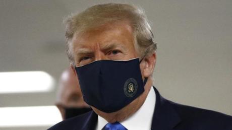 Donald Trump trägt während seines Besuches im Walter-Reed-Militärkrankenhaus einen Mund-Nasen-Schutz.