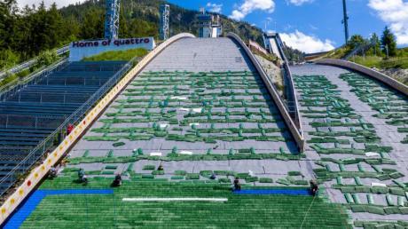 Die Veranstalter halten trotz der Corona-Beschränkungen daran fest, die WM in Oberstdorf planmäßig im Februar nächsten Jahres durchzuziehen. Die Schanzenanlage am Schattenberg wird dafür Stück für Stück mit Matten belegt.