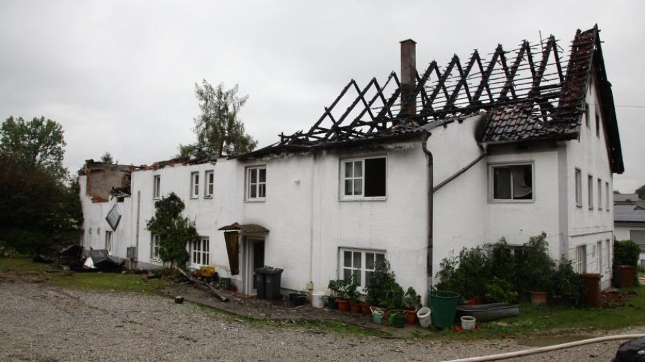 Bis auf die Grundmauern ist Burgadelzhauer Wirtschaft abgebrannt. Die Anwohner sind über das Ereignis bestürzt.