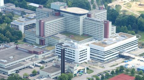 Die Augsburger Uniklinik nimmt nach einem vorübergehenden Aufnahmestopp wieder Corona- und Elektivpatienten auf.