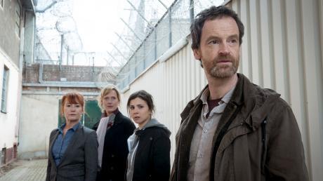 """Die Dortmunder Kommissare Martina Bönisch (Anna Schudt), Nora Dalay (Aylin Tezel) und Peter Faber (Jörg Hartmann) ermitteln im Gefängnis: Szene aus dem Tatort """"Tollwut"""" von 2018."""