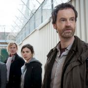 """Die Dortmunder Tatort-Kommissare Martina Bönisch (Anna Schudt), Nora Dalay (Aylin Tezel) und Peter Faber (Jörg Hartmann) ermitteln in """"Tollwut"""" im Gefängnis."""