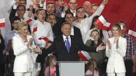 Andrzej Duda spricht zu Unterstützern.