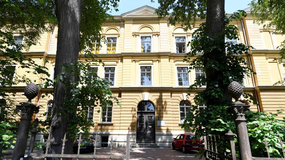 Ein Bub der Wittelsbacher Grundschule in Augsburg ist positiv auf das Coronavirus getestet worden. Seine Lerngruppe ist für zwei Wochen in Quarantäne.