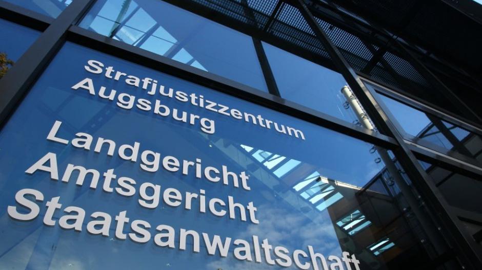 Eine 32 Jahre alte Frau steht vor dem Augsburger Landgericht, weil sie ihren neu geborenen Sohn in einer Wiese ausgesetzt hat.