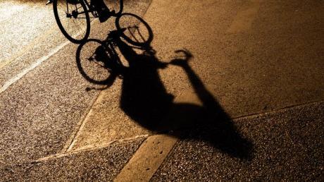 Mit einem Fußgänger ist ein Radfahrer am Montag in Ellgau zusammengestoßen.