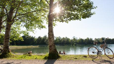 Ein Tag am Kuhsee ist fast wie ein Tag am Meer - so sehen es zumindest viele Augsburger, die gerne am Ufer entspannen.