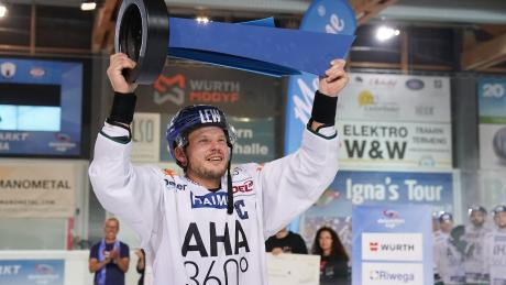 Den von Steffen Tölzer präsentierten Pokal gewannen die Augsburger Panther in Neumarkt. Da das Turnier in Südtirol 2020 abgesagt wurde, suchen die DEL-Klubs nach Alternativen.