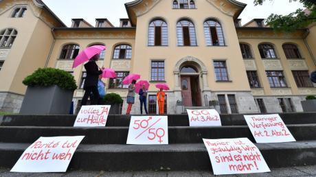 Demonstrantinnen vor dem Thüringer Verfassungsgerichtshof.