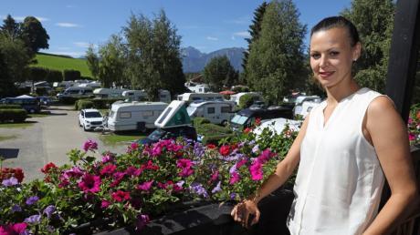 Der Campingplatz Hopfensee im Ostallgäu war wochenlang geschlossen und ist nun wieder sehr gut besucht. Doch 40.000 Übernachtungen wurden laut Junior-Chefin Dana Zacek in der Zeit vor Pfingsten storniert.