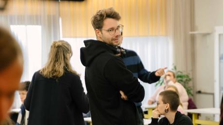 """Stefan Titze am Set von """"How to sell Drugs online (fast)"""". Der 25-Jährige ist Autor und Producer der Netflix-Serie."""