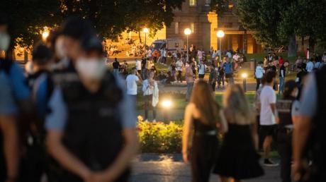 Stuttgart am Wochenende: Seit den Krawallen in der Innenstadt sind viele Polizisten am Eckensee unterwegs.