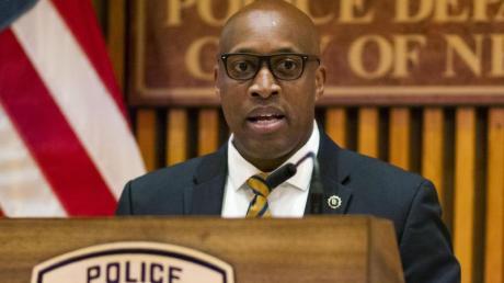 Rodney Harrison von der New Yorker Polizei spricht auf einer Pressekonferenz.