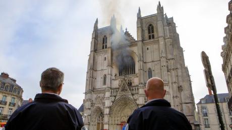 Aus einem Fenster der Kathedrale Saint-Pierre-et-Saint-Paul in Nantes stieg Rauch: Der Brand hat große Schäden angerichtet.