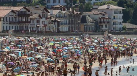 Dicht gedrängt am Strand: In Frankreich wird bereits eine zweite Welle der Covid-19-Pandemie befürchtet. Wie groß ist die Gefahr in Deutschland?