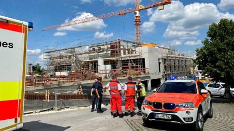 In Burgau sind Polizei, Feuerwehr und Rettungsdienst am Sonntag alarmiert worden, weil eine Frau gegen 14.40 Uhr eine Person auf der Spitze eines Krans auf der Baustelle für das neue Stadthaus gesehen haben will.