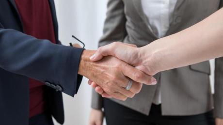 Bei Online-Bewerbungsgesprächen fällt der übliche Händedruck weg.