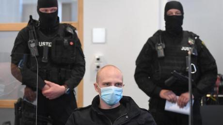 Der Angeklagte Stephan Balliet beim Prozessbeginn im Landgericht.