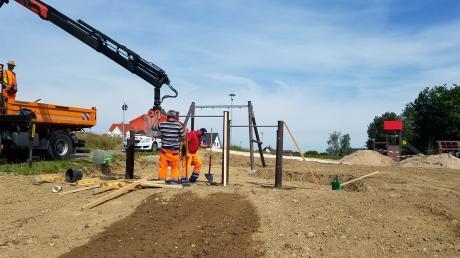 Fleißig wird derzeit am neuen Spielplatz in Edenhausen gebaut.