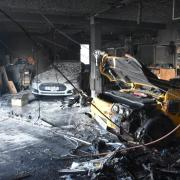 Bei einem Gargenbrand wurden zwei Tesla zerstört, darunter der Tesla Roadster, der erste den die Firma auf den Markt gebracht hatte.   Rechts der Tesla Roadster, links hinten der Tesla S