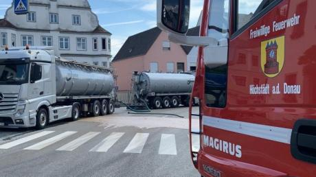 Ein Lkw  hat am Höchstädter Marktplatz Ladung verloren. Es handelt sich nach Angaben von Beobachtern  um gärende Lebensmittelreste, die für eine Biogasanlage bestimmt sein sollen.