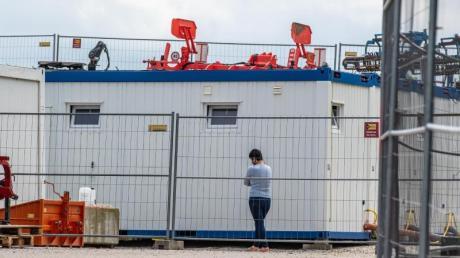 Nach einer Masseninfektion auf dem Bauernhof stehen fast 500 Menschen unter Quarantäne und dürfen das Betriebsgelände nicht mehr verlassen.