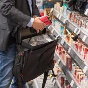 Ein Detektiv einer Sicherheitsfirma demonstriert, wie Ladendiebe mit Hilfe eines präparierten Koffers die Sicherungsetiketten an der Ware überlisten können.