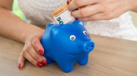 Wer regelmäßig spart, kann die Rate reduzieren. Das kann bei finanziellen Engpässen Luft verschaffen.
