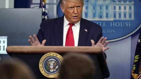 US-Präsident Donald Trump beschwert sich in einer Pressekonferenz über schlechte Umfragewerte.