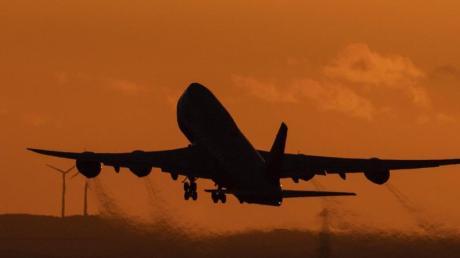 Eine Boeing 747 startet vom Flughafen Frankfurt aus in den Abendhimmel. Der US-Flugzeugbauer Boeing stellt die Produktion seines Jumbo-Jets 747 nach mehr als 50 Jahren ein.