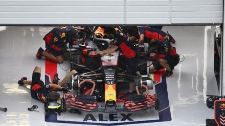 Die Mechaniker und Ingenieure haben an Rennwochenenden alle Hände voll zu tun. Hier gibt es einen Einblick in die Red-Bull-Garage von Alexander Albon.
