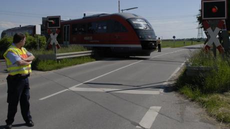 Bahnübergang Oberottmarshausen Schranken öffnen nicht bei Hitze Verkehr wird von der Bundespolizei  bei geöffneter Schranke durchgeleitet.